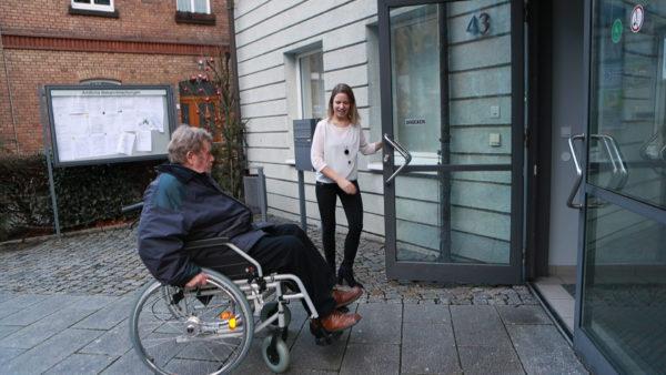 Hilfe für Rollstuhlfahrer